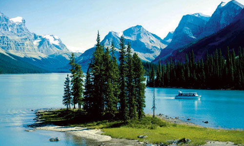 Cruise across Lake Maligne to Spirit Island, Jasper National Park